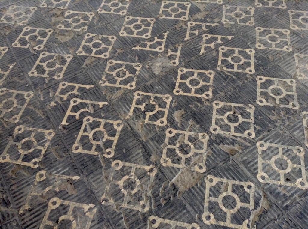 一枚はがすと、アラベスクな床模様が隠れてました。