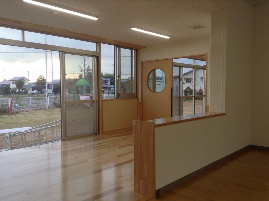 既存部から増築保育室を見た様子
