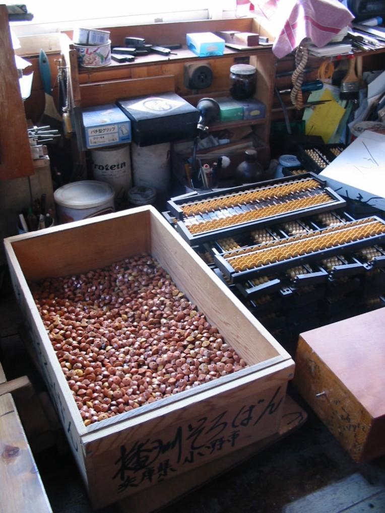 豆ではありません。そろばん玉。組み立て中のそろばん。