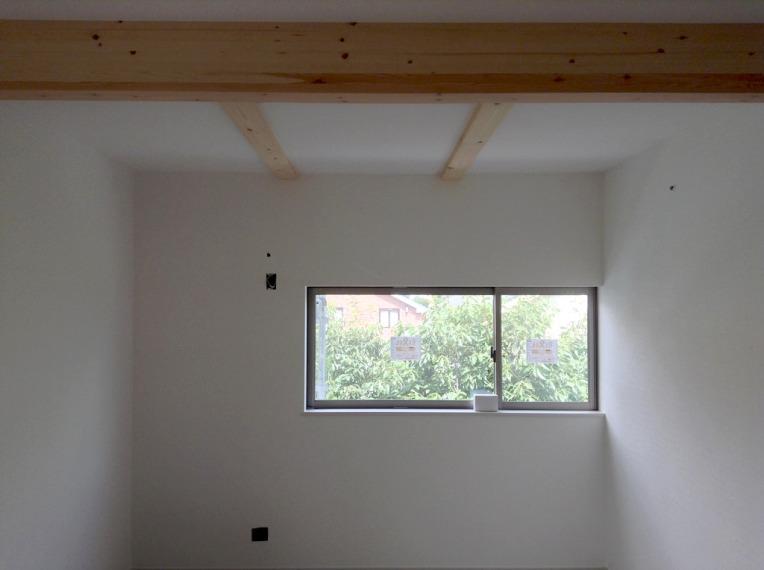 白い壁と梁の見えた天井