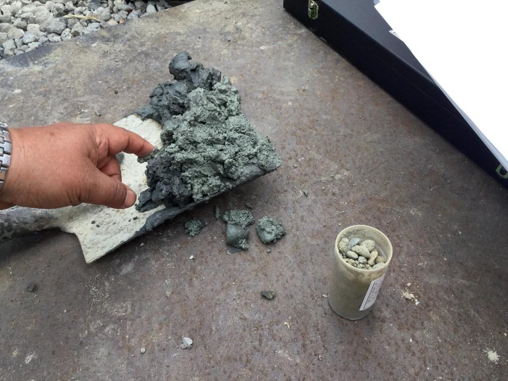 採取サンプルと調査標本の比較に、礫の粒具合などを確認します。