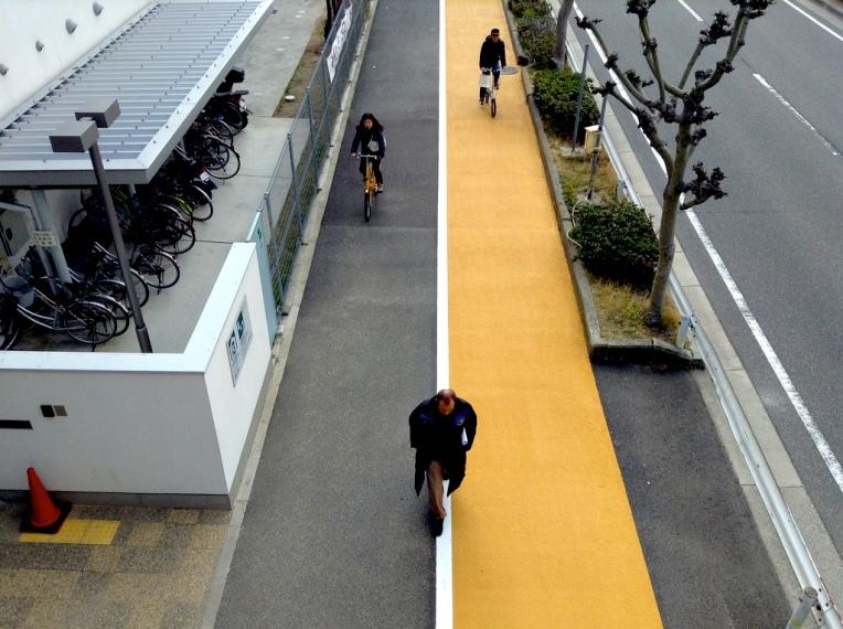 歩道の自転車通路カラー舗装