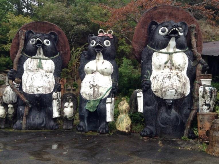狸庵の超巨大タヌキ。コレ、陶器です。大きいの5メートル近くあります。