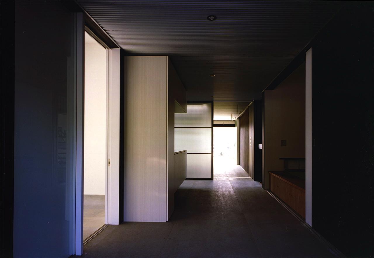 27:ガレージ内玄関と廊下