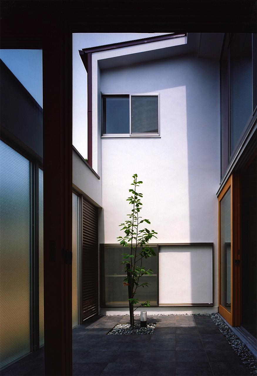 12:洗面所からの中庭の様子