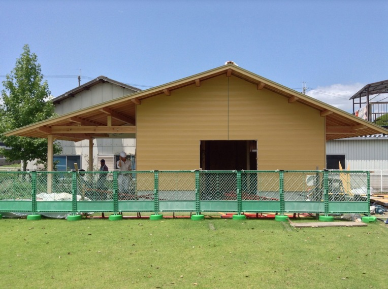 正面 入り口は木製建具がつきます。