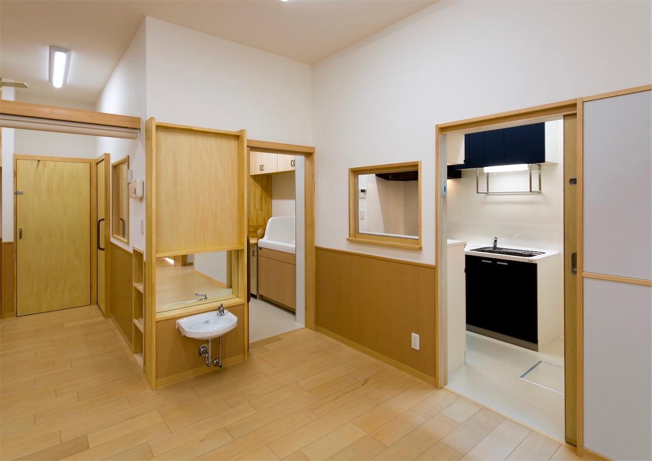 保育室から調理室や沐浴トイレへ