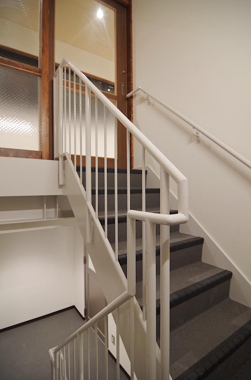 3階・階段からの事務所入口